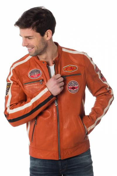 orangene Bikerjacke mit Abzeichen