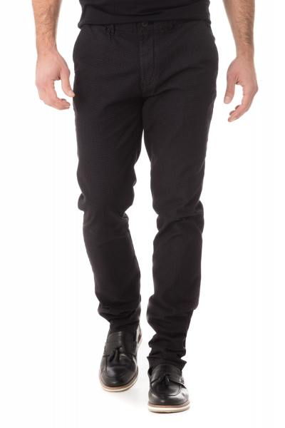 Chino-Hose mit rotem Erbsendruck              title=