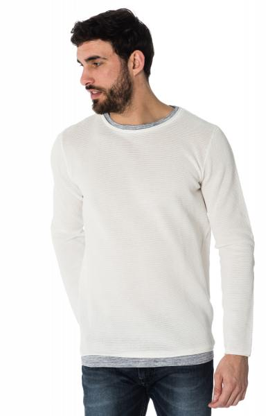 weißer Pullover im Ajour-Muster
