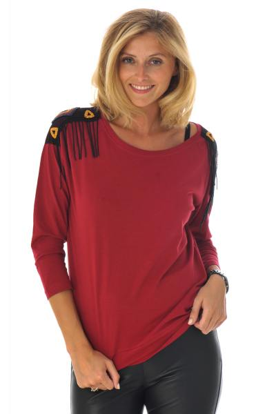 rotes T-Shirt mit Schultermotiven