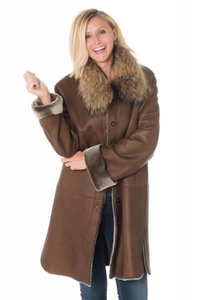 Cognacfarbener Damen Mantel aus gewendetem Schafsfell und Waschbärfell              title=