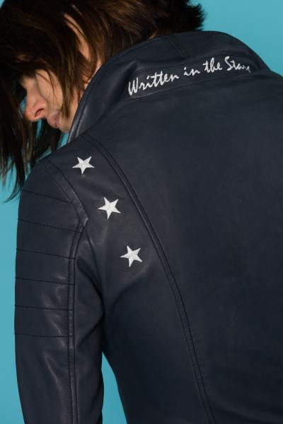 Blaue Damen Lederjacke von Cityzen mit fluoreszierenden Sternen              title=