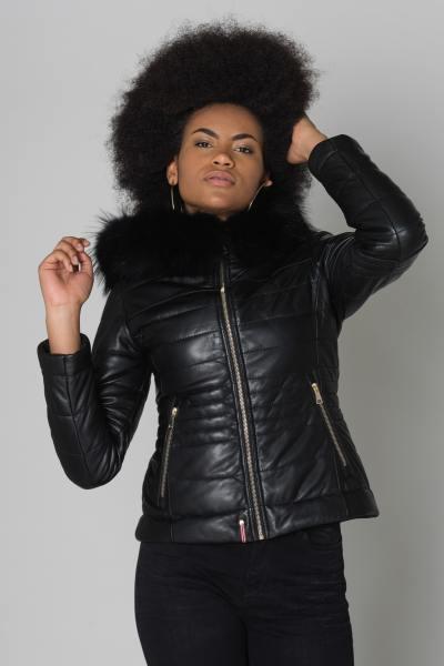 Doudoune femme en cuir de mouton noir avec fourrure en raccoon noire              title=