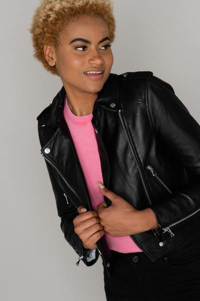 Schwarze Jacke im perfekten Stil aus Eichenholz-Leder.              title=