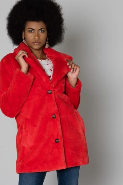 Manteau rouge en fausse fourrure              title=
