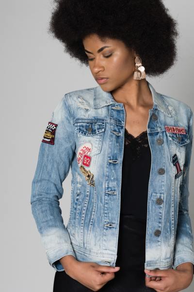 Veste en jean avec patchs               title=
