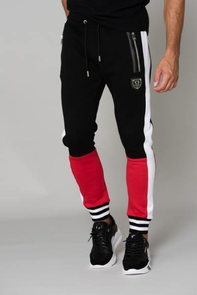 Schwarzer Trainingsanzug mit roten Strümpfen