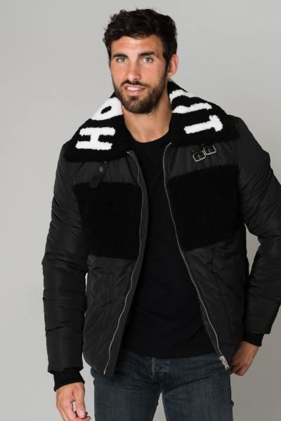 Schwarze Jacke mit schwarzem Fell               title=