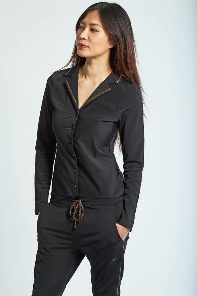 Trendiger schwarzer Damenhosenanzug aus schwarzem Leder              title=