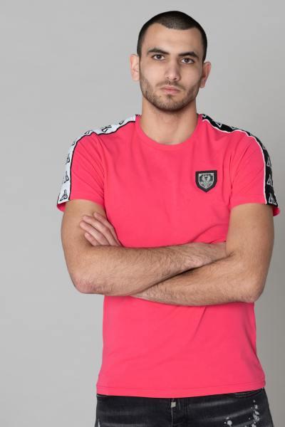 Einfaches rosa T-Shirt mit Metallplakette