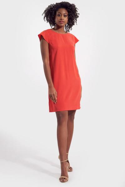 Korallenfarbenes rückenfreies Kleid