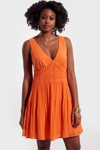 Robe orange plissée avec col V
