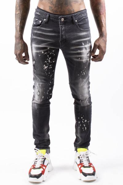 Schwarze Jeans verblasst und Fleckenbildung