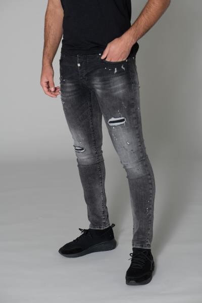 Verblichenes Schwarz zerstört Jeans