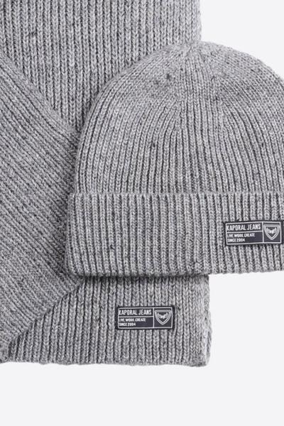 Packung mit grauer Mütze und Schal