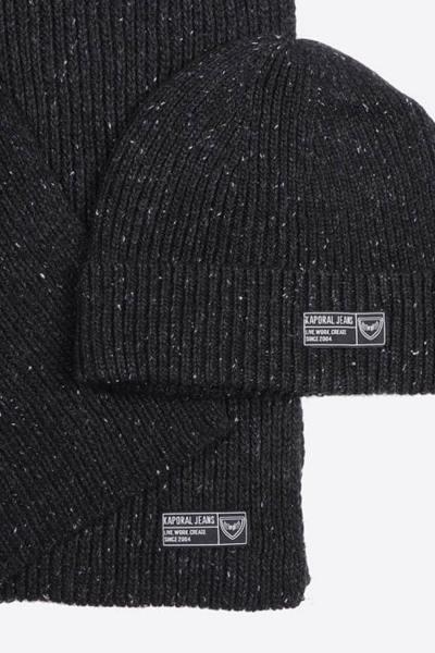 Packung mit schwarzem Hut und Schal