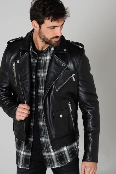 Perfecto-Mann in schwarzem Leder