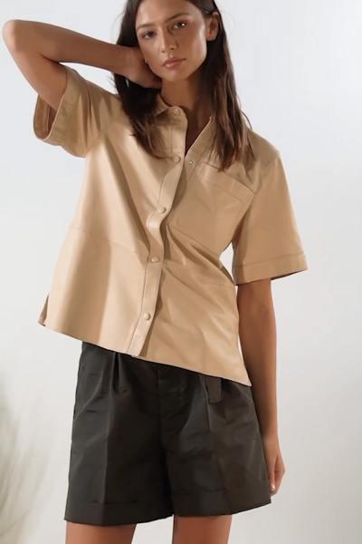 Chemisier en cuir beige pour femme              title=