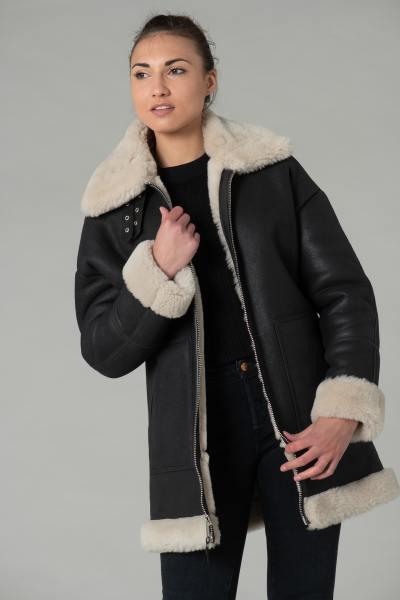 Langer lockerer Mantel aus umgekrempelten Schafsfellen