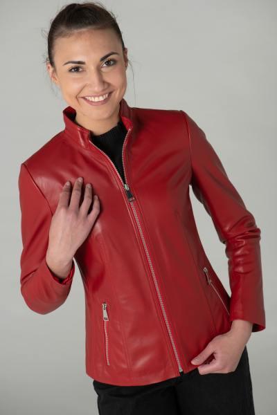 Rote Lederjacke mit hohem Kragen