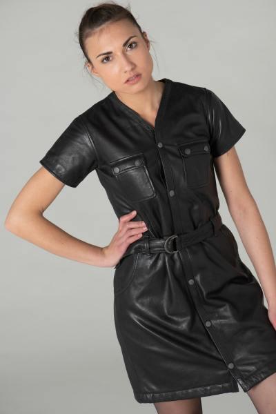 Robe en cuir noir avec ceinture