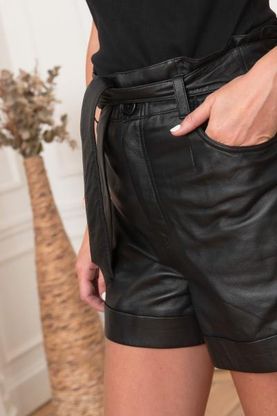 Short en cuir avec ceinture