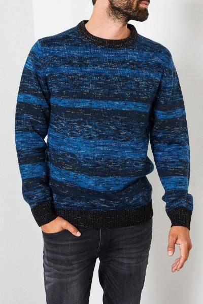 Blauer und schwarzer Pullover aus warmer Wolle