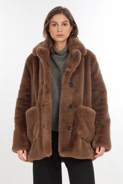 Kurzer Mantel aus Kunstpelz in Übergröße