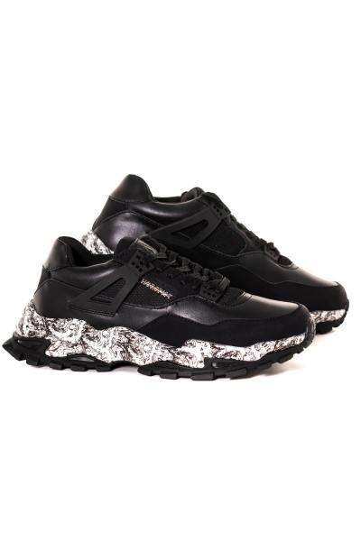 Schwarze urbane Sneakers mit bedruckten Sohlen